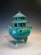 Wierook pot - origineel zoals in tempels gebruikt worden. Voor wierookstaafjes. Keramiek - glanzend glazuur groen. Afmetingen : 23x20x30 cm hoog.