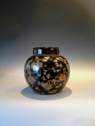 Gemberpot zwart/goud bloesem Afm. : 21 cm hoog - diameter 22 cm Prijs  : € 85,00